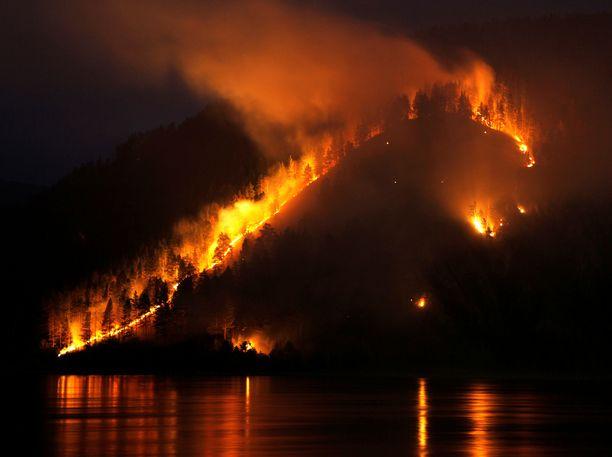 Metsät palavat Jenisei-joen penkalla Itä-Siperian Krasnojarskissa.