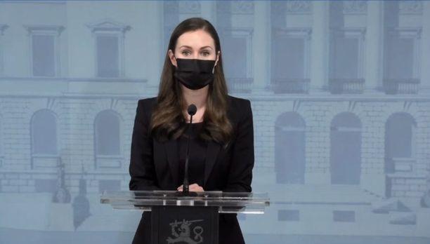 Pääministeri Sanna Marin kommentoi mahdollista ulkonaliikkumiskieltoa tiedotustilaisuudessa perjantaina.