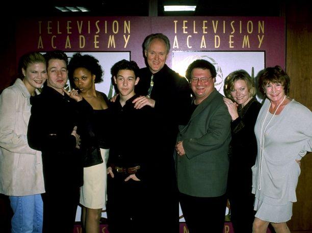 Kolmas kivi auringosta -sarjan näyttelijäkaarti.