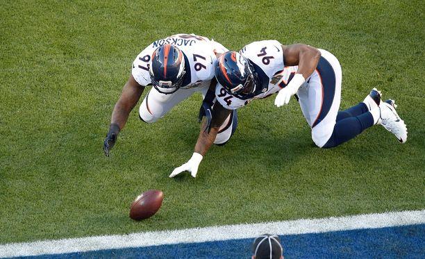 Broncosin Malik Jackson ja DeMarcus Ware (oik.) ahnehtivat touchdownin.