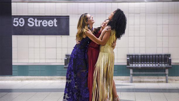 The Bold Type -sarja pohjautuu Cosmopolitan-lehden entisen päätoimittajan Joanna Colesin kokemuksiin. Kuvassa sarjan päänäyttelijät.