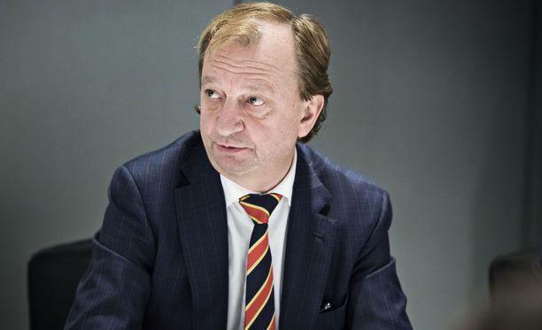 Hjallis Harkimo arvostelee suomalaisten demokratiaa Savon Sanomien kolumnissa.