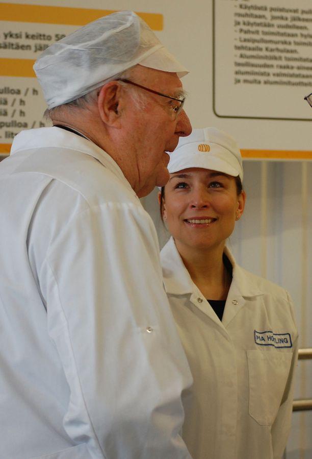 Ikean perustaja ja pitkäaikainen johtaja Ingvar Kamprad vieraili Olvin panimolla Iisalmessa vuonna 2007. Yhteiskunta- ja vastuullisuusjohtaja Pia Hortling esitteli Kampradille panimoa.