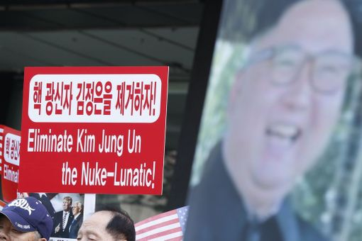 Pohjoiskorealaiset loikkarit ja muut aktivistit osoittivat Soulissa mieltään ydinkoetta vastaan viime perjantaina.
