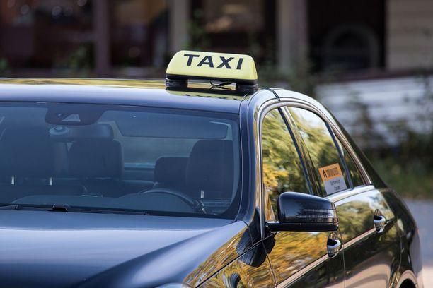 Uusi järjestelmä on aiheuttanut harmaita hiuksia myös taksikuskeille.