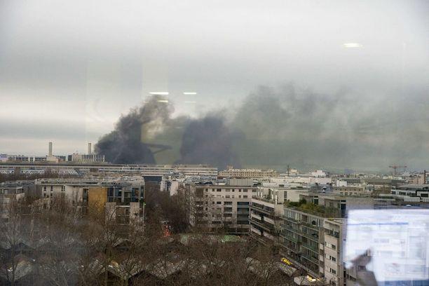 Palo on päästänyt ilmaan valtavasti mustaa savua.