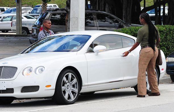 Corey Eubank poistui oikeustalolta öky-Bentleylla.