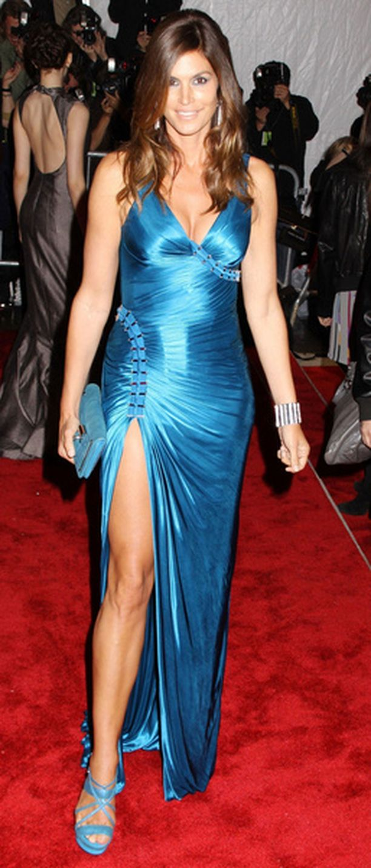 Cindy Crawford poseeraa yhä punaisella matolla ja huomattavasti nuoremmalta kuin todellisuudessa on.