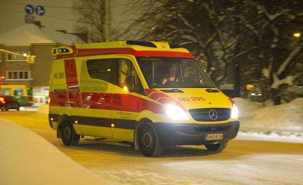 Etenkin syksyisin ja keväisin Enossa ollaan vaikeuksissa, sillä liukkaus ja sohjo teiden pinnalla vaikeuttavat ambulanssien kulkua. Kuvan ambulanssi ei liity tapaukseen.