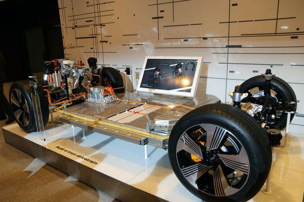 Tältä näyttää sähkö-Audin pohjarakenne. Sähkömoottorin molemmissa päissä ja välissä törmäyksiltä suojattu akkumatto.