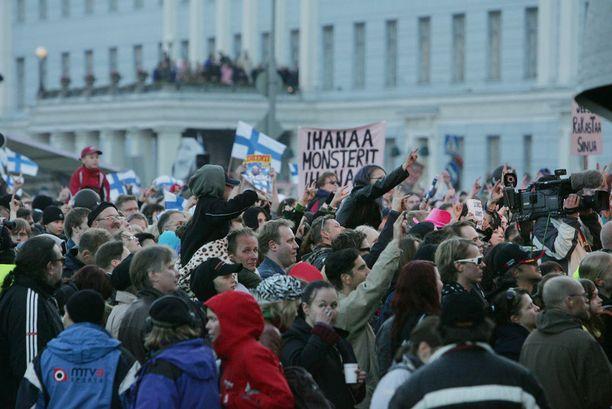 Suomalaiset juhlistivat maan ensimmäistä viisuvoittajaa Helsingin Kauppatorilla Lordin voitonjuhlissa.
