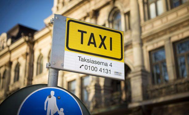 Jo hyväksyttyyn niin sanottuun taksilakiin on tulossa muutos alle kaksi viikkoa ennen, kuin lainsäädäntö astuu voimaan.