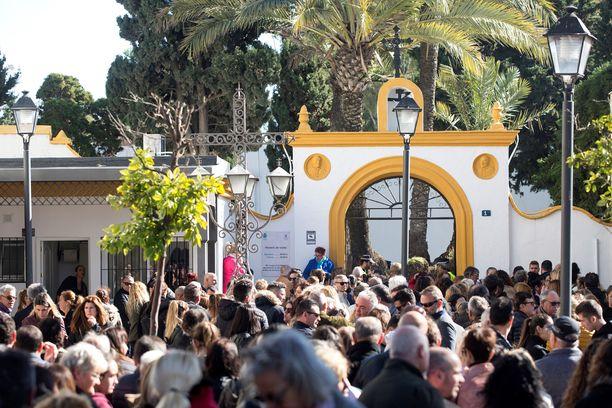 Sadat ihmiset kokoontuivat suremaan Julenia tammikuun lopussa pidettyihin hautajaisiin.