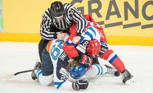 Patrik Laine väänsi alkulohkon ottelussa Venäjää vastaan. Finaalista on luvassa jälleen tunteikas kamppailu.