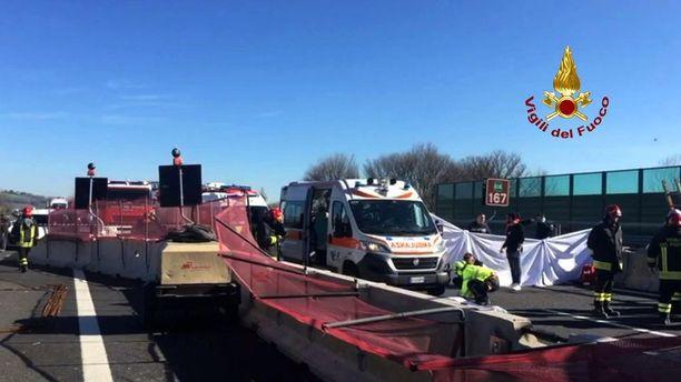 Kaksi ihmistä kuoli ja ainakin kaksi loukkaantui turmassa.