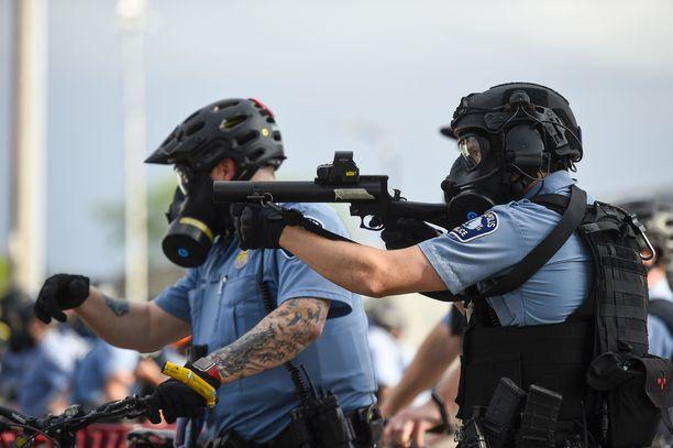 Mellakointi Minneapolisissa jatkui toista päivää. Poliisi käytti muun muassa kyynelkaasua taltuttaakseen väkijoukkoa.