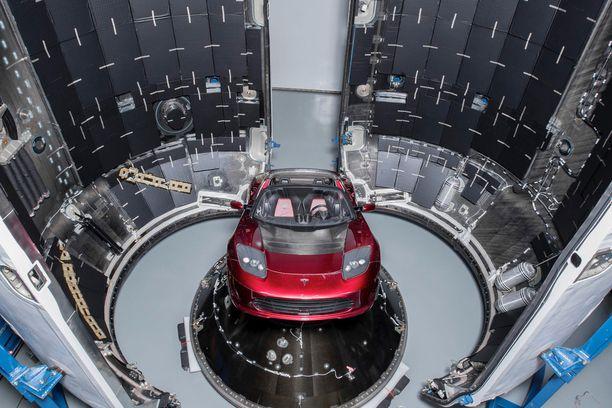 SpaceX:n Falcon Heavy -kantoraketin kyytiin lastattiin muun muassa Tesla-sähköurheiluauto.