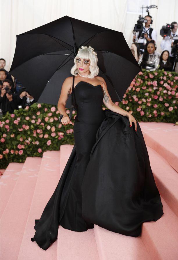 Lady Gagan toinen asu oli musta.