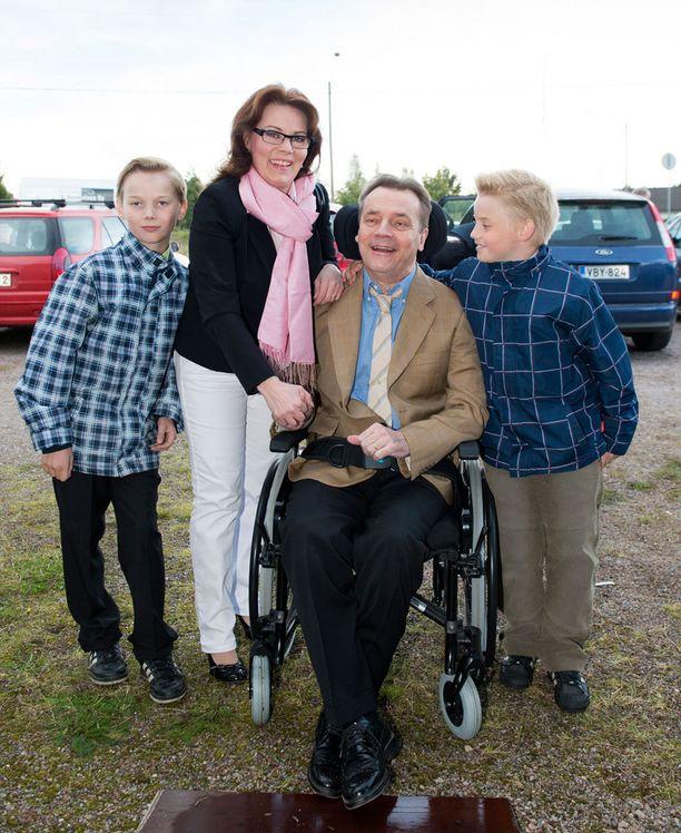 Mikkosten perhe yhteiskuvassa Myrskylässä vuonna 2012.