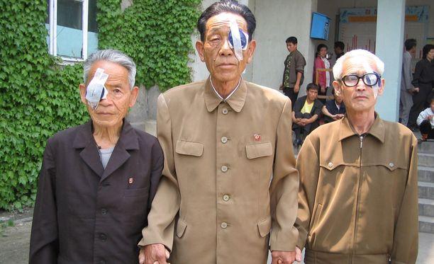 Sairaalaan saapuu silmäoperaatiota varten yli tuhat pohjoiskorealaista. Kirurgilla on kymmenen päivää aikaa suoriutua tehtävästä.