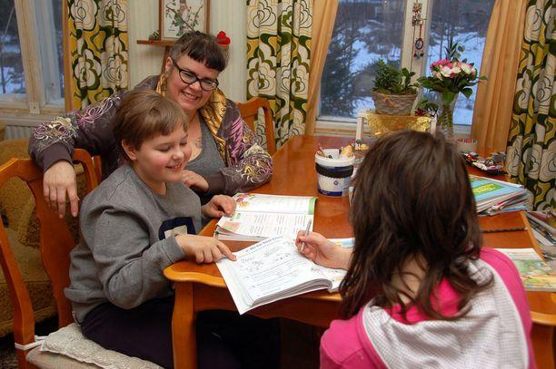 Susanna Saxberg opettaa kotonaan Onnia ja Mannaa (ei kuvassa). Joskus opiskelukaverina on Onnin sisko Helmi.
