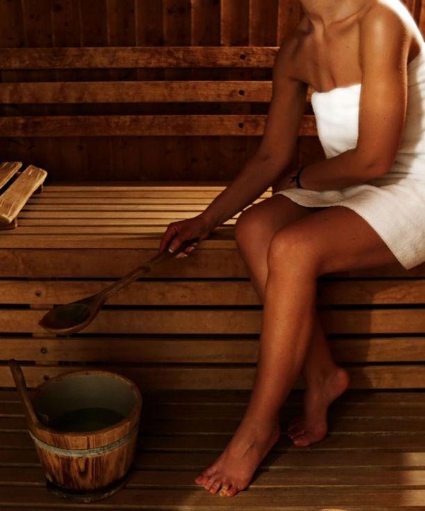 Perinteinen juhannussauna on veden äärellä oleva puulämmitteinen sauna.