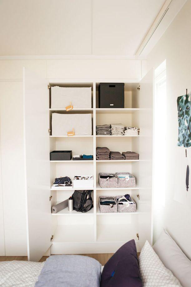 Hyllyt pysyvät parhaiten ojennuksessa, kun tavarat lajitellaan hyllykaappeihin omissa laatikoissaan. Osan laatikoista Aalto teki kestokasseista taittelemalla.