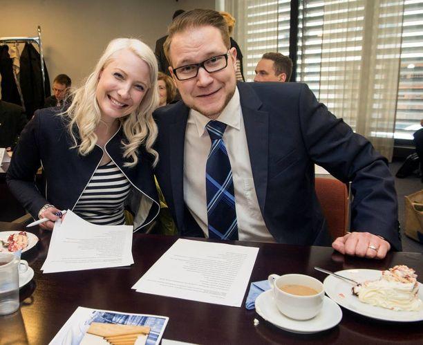 Perussuomalaisten kansanedustajat Laura Huhtasaari ja Olli Immonen eduskunnassa viime keväänä.