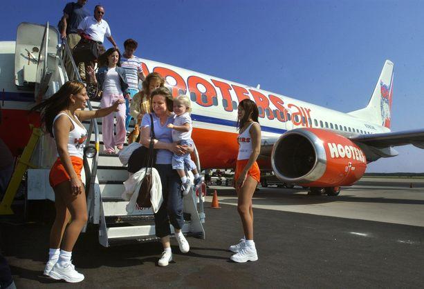 Hooters Airin koneet oli maalattu ravintolayhtiön väreihin. Niukasti pukeutuneet Hooters-tytöt eivät toimineet varsinaisina lentoemäntinä, vaikka heitä käytettiinkin yhtiön markkinoinnissa.