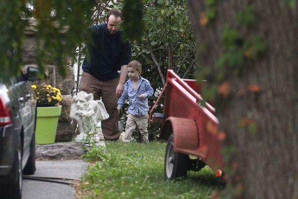 Joshua Boyle ja Jonah-poika tutkivat yhdessä Boylen vanhempien puutarhaa Kanadan Smiths Fallsissa.