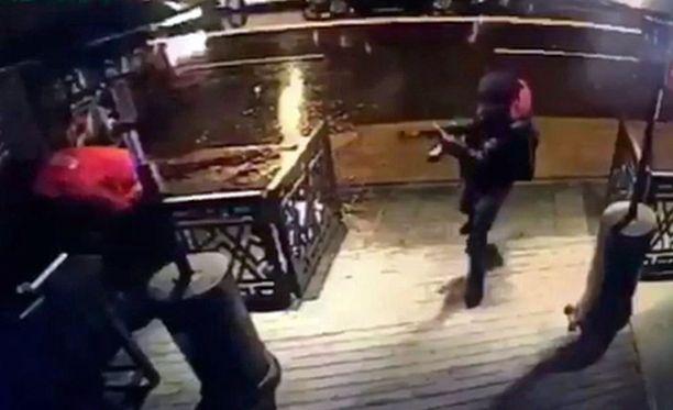 Ampuja näkyi valvontakameravideolla.