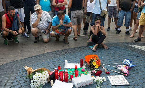 Ihmiset ovat tuoneet iskun uhrien muistoksi kukkia ja kynttilöitä.