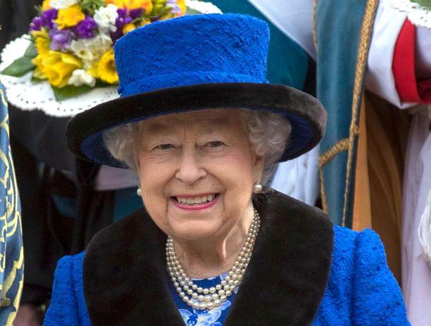 Kuningatar Elisabet pukeutuu jatkossa vain tekoturkiksiin.
