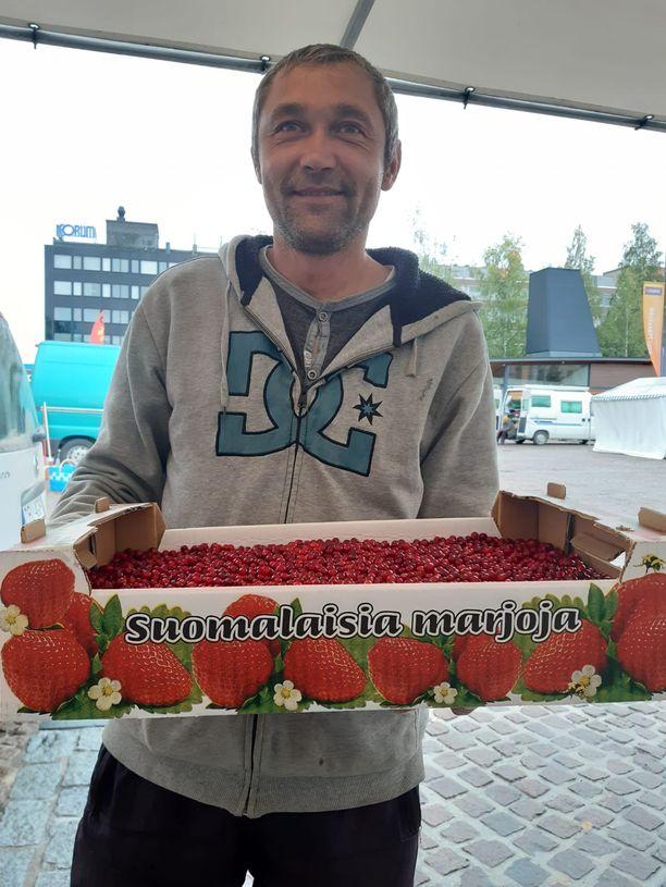 Kostya tekee töitä kellon ympäri ja kalenterista katsottuna tienaa vuoden palkan kahdessa kuukaudessa. Kostya kerää marjoja Suomessa.