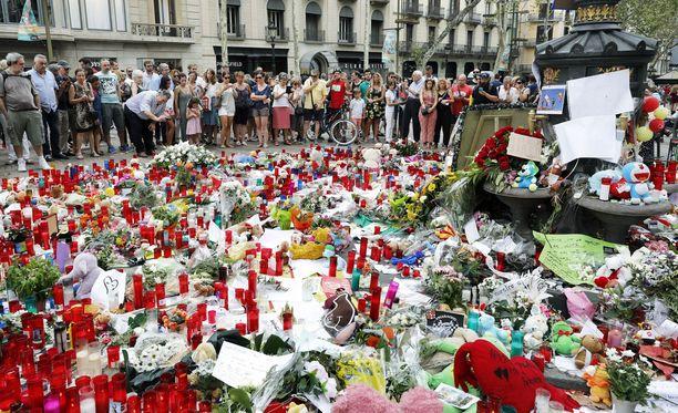 Katu on täyttynyt kynttilöistä ja kukista Barcelonassa.