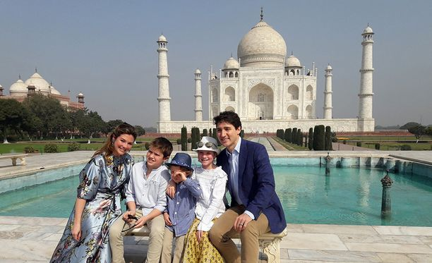 Kanadan pääministeri Justin Trudeau ikuistutti perheensä Taj Mahalin edessä tämän vuoden helmikuussa.