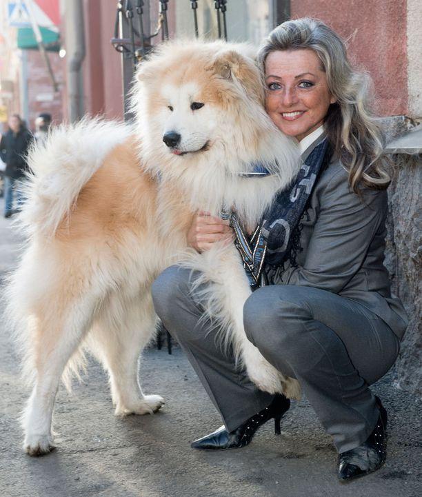 Kike tunnetaan eläinrakkaana ihmisenä. Kuvassa Marski, toinen Kiken koirista.