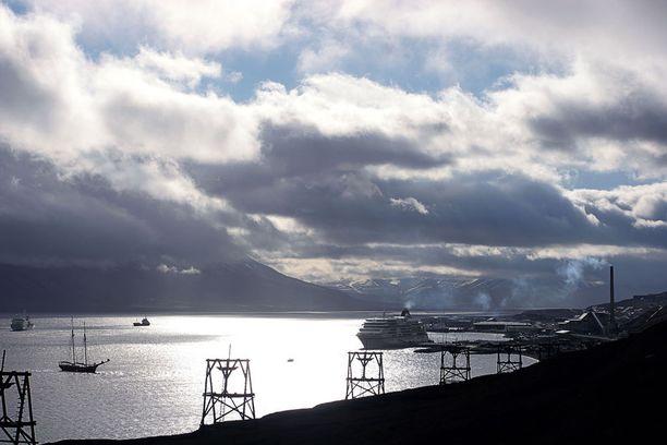 Näkymä Longyearbyenin satamaan.