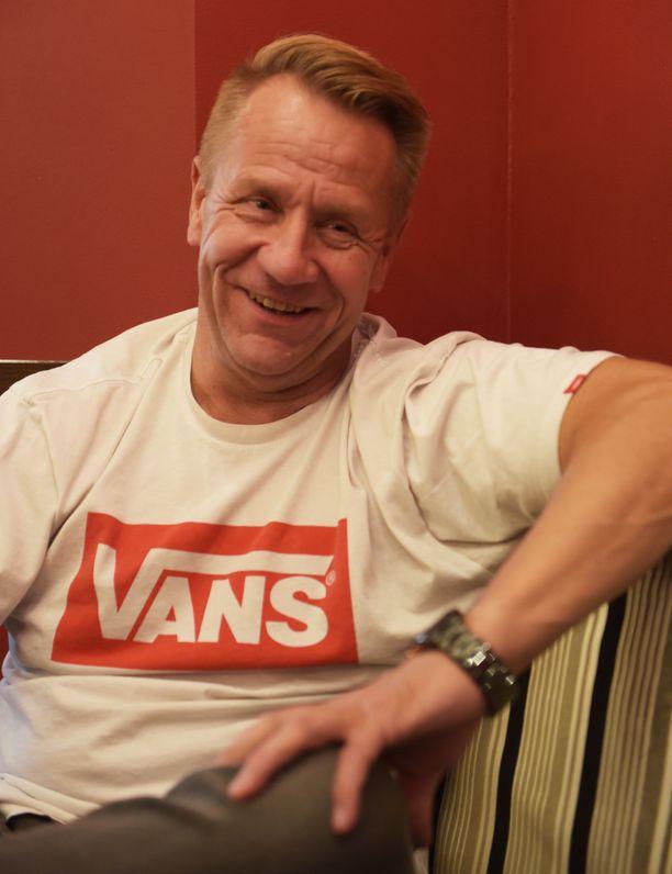 Olli Lindholm on iloinen Yö-yhtyeen uusista tuulista.