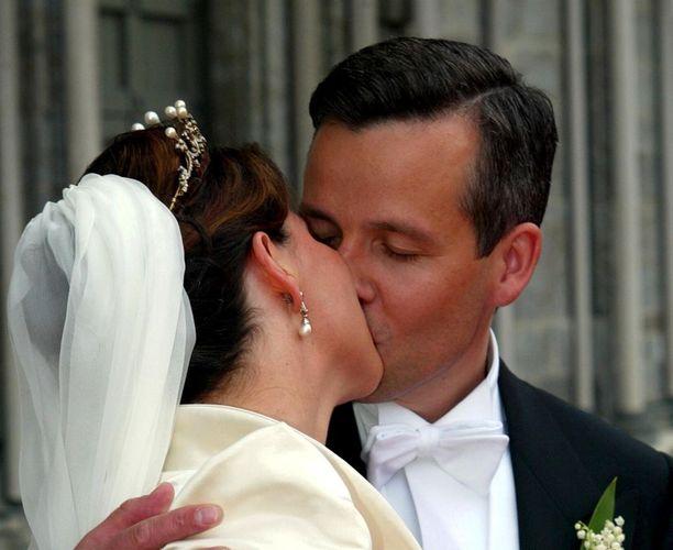 Märtha Louise ja kirjailija Ari Behn vihittiin toukokuisessa seremoniassa vuonna 2002.