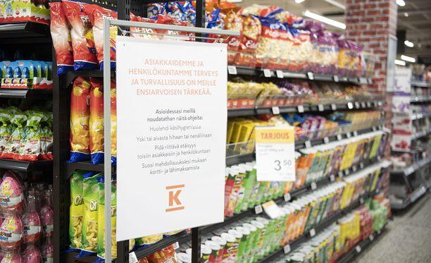 Järvenpään K-Citymarketissa oli useita ohjelappuja asiakkaille koronavirukseen liittyen.