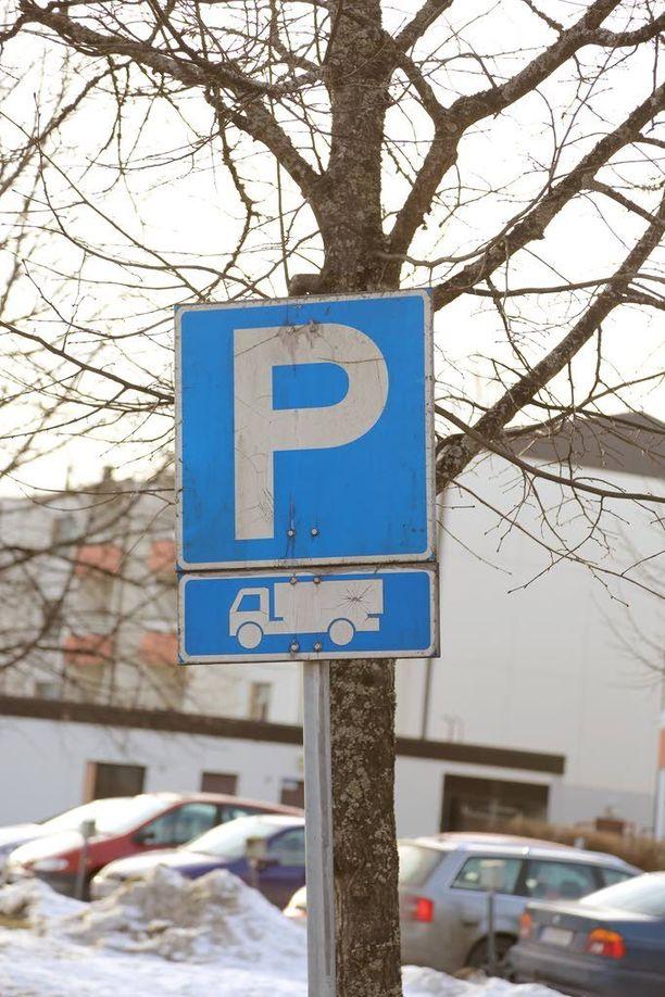 Pysäköintipaikka on tarkoitettu vain kuorma-autoille.