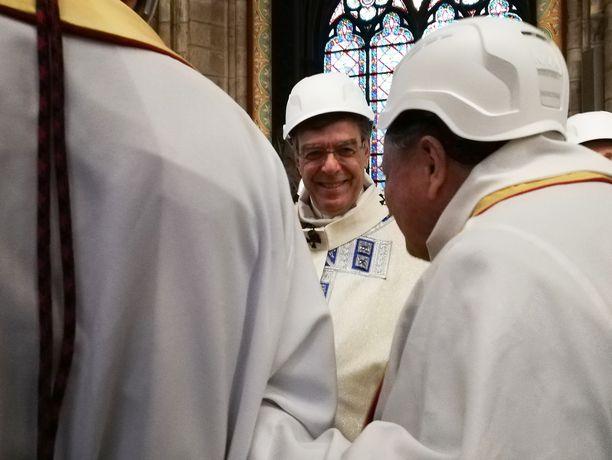 Pariisin arkkipiispa Michel Aupetit (kesk.) käytti kypärää muiden osallistujien tapaan.