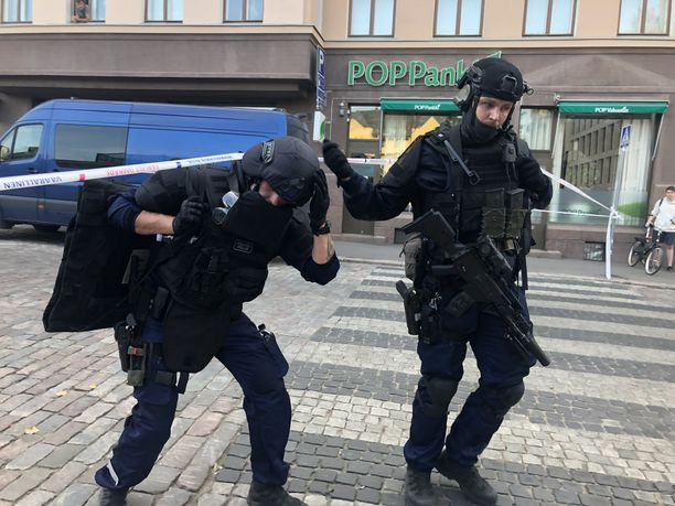 Poliisi tavoitti sijoitusjohtajan murhasta epäillyn miehen kerrostaloasunnosta Helsingin Kasarmikadulta.