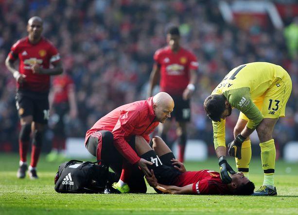 Jesse Lingard kesti vain vartin Liverpool-ottelun vauhtia. Vieraiden maalivahti Alisson (oik.) kävi lohduttamassa hyökkääjää.