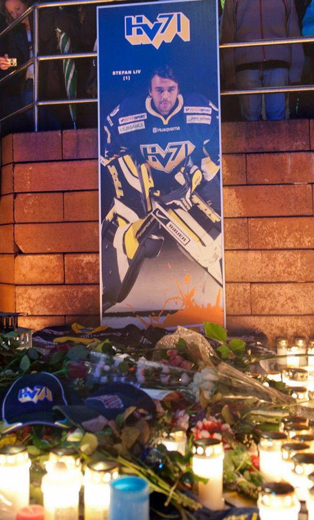 Lentoturmassa kuollutta Stefan Liviä muistettiin kynttilöin vuonna 2011.