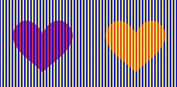 Usko pois, molemmat sydämet ovat punaisia, oikeanpuoleisessa on aavistus oranssin sävyä.