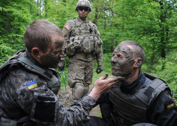 Näin joukot harjoittelivat torstaina naamioitumista.