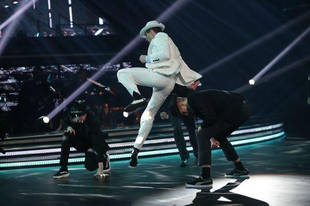 Edis Tatli tanssi suuren osan freestyle-numerostaan taustatanssijoiden kanssa.