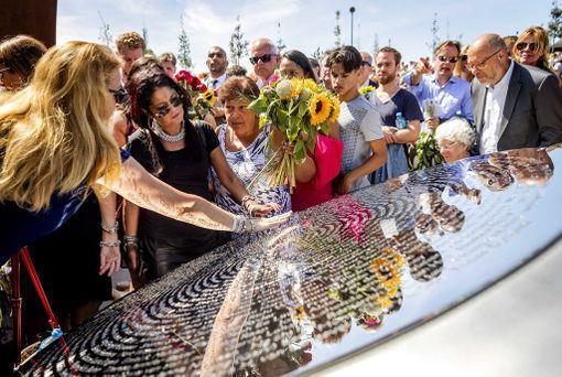 Muistolaatassa on koneen mukana pudonneiden uhrien nimet.